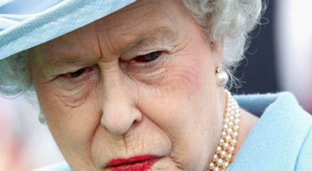 Queen elizabeth allegedly caught 39 shape shifting 39 on tv goes viral - Shape shifting house ...